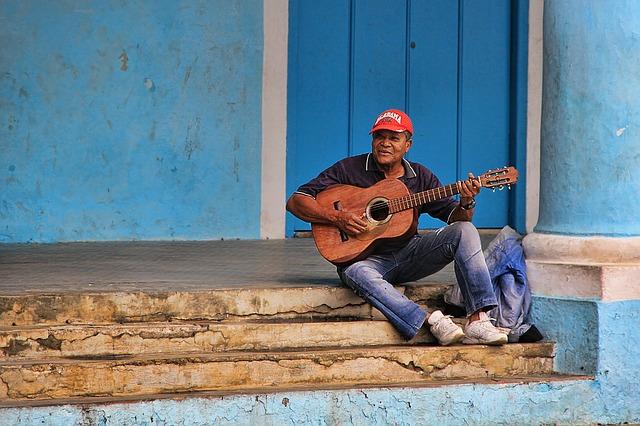 Kytarista na schodech